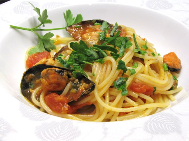Ligurian food: spaghetti with mussels from Gulf of Poets